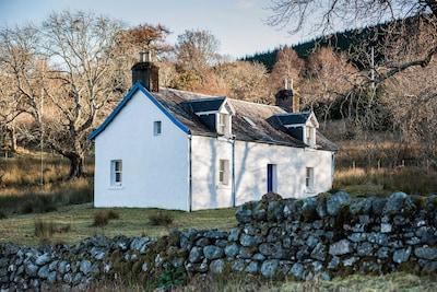 Scottish Highland Holiday Cottage in idyllic loch-side setting