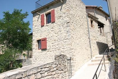 Maison vue de la rue et entrée du jardin à gauche