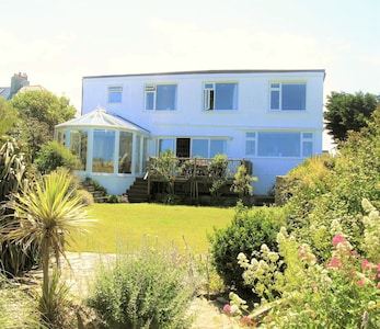 Crantock Cottage, stunning sea views, 5 mins to beach & equipped for children
