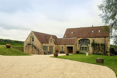 Gilboa Barn is a magnificent period barn, exuding style, charm and character.