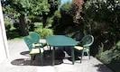 Votre terrasse équipé de chaises avec coussin, parasol et barbecue.