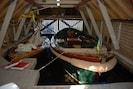 Segelboot und Schaluppe im Bootshaus