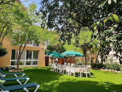 Casa original con jardín a 45 metros  de la playa de arena de la Fosca.