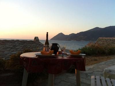 coucher de soleil devant le cabanon