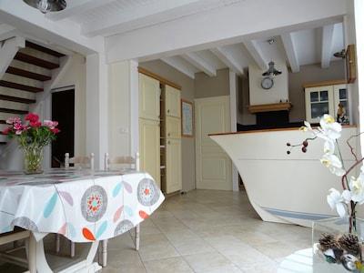 La magie de la mer chez vous avec un comptoir en forme de bateau.