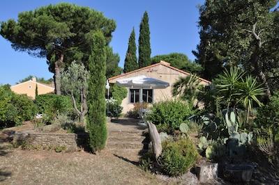 la maison cote jardin avec la terrasse en pierre de bormes, orientation EST