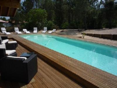 Une terrasse entoure toute la villa et la piscine