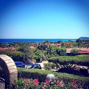 Villa con giardino, relax ed incantevole vista mare a pochi passi dalla spiaggia