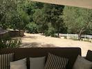 vue derrière l'espace salon de la piscine, espace végétalisé