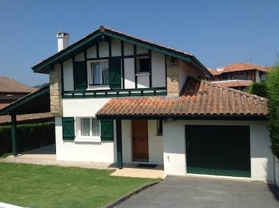 façade de la maison, terrasse couverte de 40 m2 et garage de 40 m2.