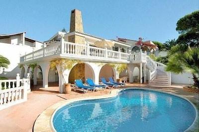 Lujosa villa independiente de 4 dormitorios con piscina y jardín privado