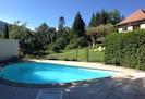 piscine de 7m sécurisée par une barrière