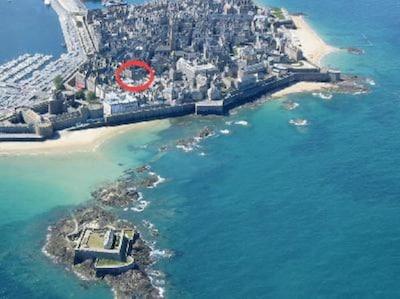 La plage de l'éventail  est à 150 m de l'appartement. le château est à 50 m.