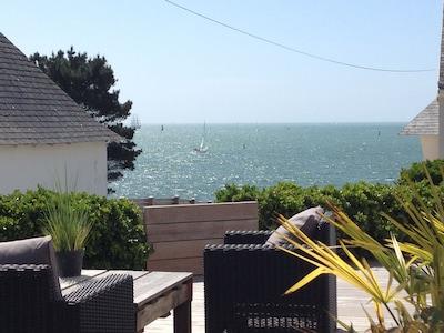 Terrasse avec vue sur l'océan et le chenal d'accès au port