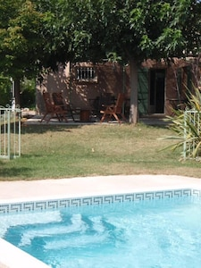 Vue de la piscine avec la barrière coulissante ouverte