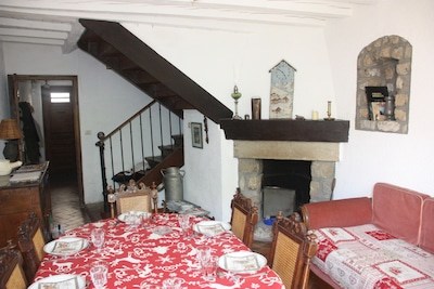 La salle à manger avec la cheminée