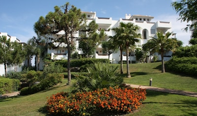 Luxury Seaview Apartment, Estepona - A/C & WiFi, ideal for golf & sightseeing