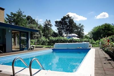 Den opvarmede swimmingpool. (1,60 m dyb)