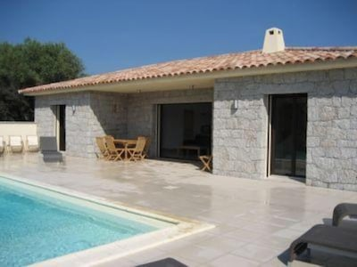 Piscine et terrasse avec mobilier de jardin