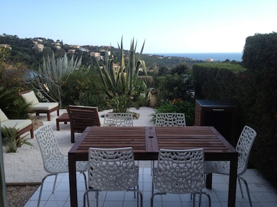 Vista al mar al nivel del jardín, aire acondicionado, tranquilo, en dominio privado (piscinas, tenis).