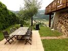 La 2eme terrasse avec salon de jardin , balançoire, barbecue et lit de plage.