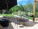 Salle à manger d'été dans le patio du Pigeonnier
