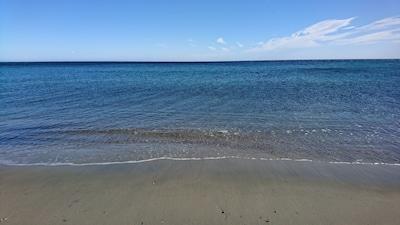La plage descend doucement dans la mer pour le plaisir des petits et des grands