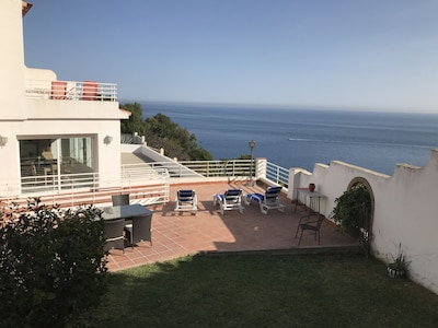 Villa con vistas al mar, zona de BBQ y gran piscina. Con aire acondicionado