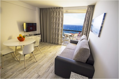 Penthouse, Sea View Balcony, WiFi, 200m from the Beach, SAT TV, Refurbished