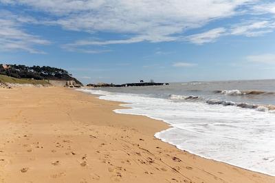 Plage du Platin à 450 m ; crique de sable fin bordée de rochers magnifiques