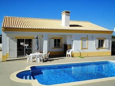 Grosszügige Villa mit Pool und gehobener Ausstattung in ruhiger Lage Nähe Meer