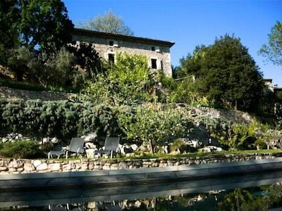 La façade sud de l'Aiguallier vue depuis la piscine