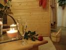 Luxus Wellness Wochenende - genießen Sie ein Glas Sekt im Wellnessbereich