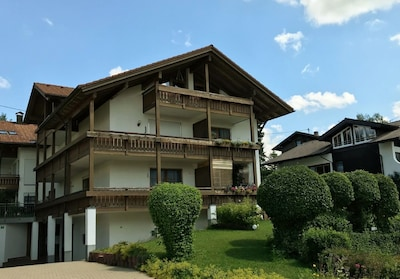 Unsere Ferienwohnung mit grossem Balkon ist links im Hochparterre.