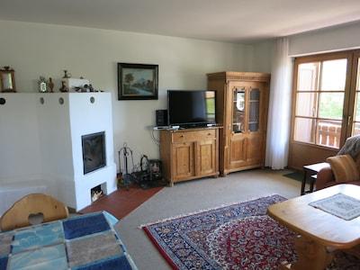grosses Wohnzimmer mit Kaminofen und LCD Fernseher