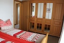 Das Schlafzimmer mit grossem Kleiderschrank und Doppelbett