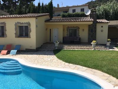 Haus mit privatem Pool und grossem Garten.
