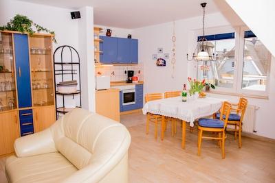 Das Wohnzimmer mit Küche.