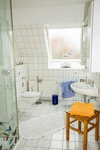 Das Bad mit Fenster und Dusche.