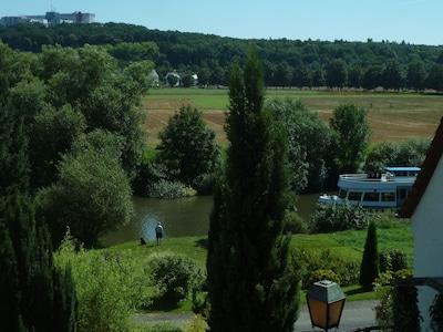 Ausblick Wohnzimmer: Lahn mit Ausflugsschiff, Lahnwiesen, Krankenhaus Limburg