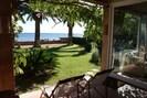 Blick von der Terrasse unten in den Garten und auf das Meer