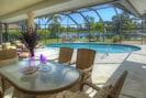 Outdoor Dining und Poolbereich