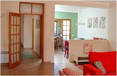 Blick vom Wohnzimmer zum Essbereich und zur Küche