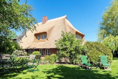 Wunderschöne neu sanierte Reetdachkate,liebevoll eingerichtet mit großem Garten