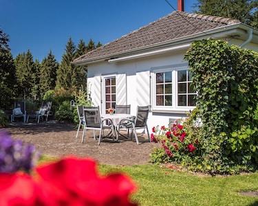 Ferienhaus in Einzellage mit großem Garten umgeben von Wiesen und Wald