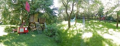 li:  Baumhaus für abenteuerlustige Kinder,  re: Hängematte unter Obstbäumen