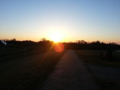 Sonnenaufgang vom ca. 200 Meter entfernten Deich aus gesehen.