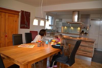 Offener Wohn- und Essbereich mit moderner Küche