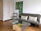 LigneRoset Couch für 2 Personen, im Hintergrund die Klappstühle an der Wand