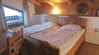 Schlafzimmer mit Zirbenbetten